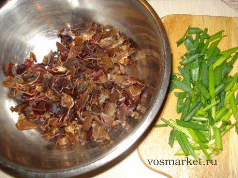 Измельчите имбирь и зеленый лук