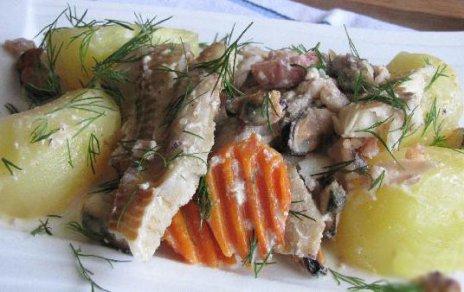 Готовое блюдо рыбы с морепродуктами в сливочным соусе