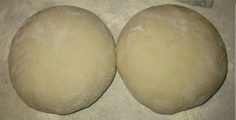 Разделяем тесто на две части и формируем колобки