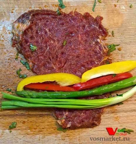 Заверните ингредиент отбитым мясом