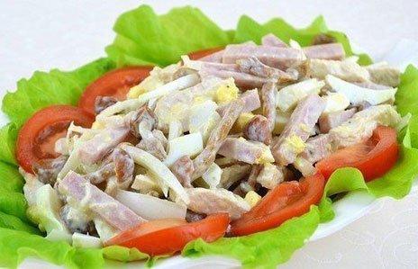 Готовый салат из ветчины с опятами и курятиной