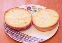 Разрежьте булочки на две части