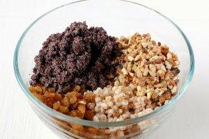 Выкладываем приготовленные ингредиенты в миску