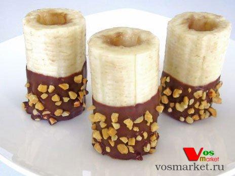 Обмакиваем банановые трубочки в шоколаде