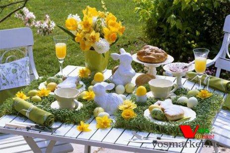 Украшенный цветами пасхальный стол
