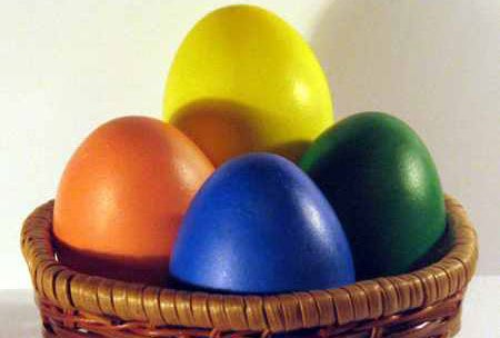 Куркума, свекла красят яйца яркими цветами