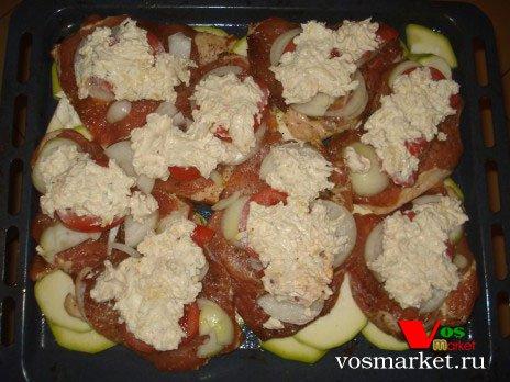 Тертый сыр поверх помидоров с луком
