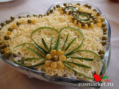 Салат из копченой курицы, сыром и кукурузой