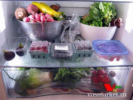 Зелень и овощи в холодильнике