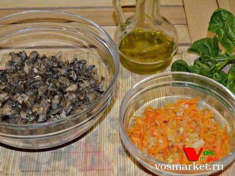 Обжаривайте грибы, лук и морковь