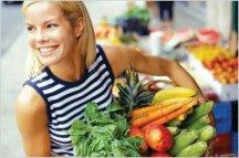 овощи и фрукты в руках девочки