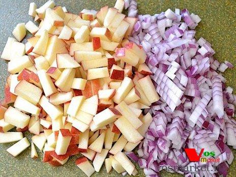 Кубики яблоки и лука