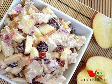 Готовый салат с курицей и яблоками
