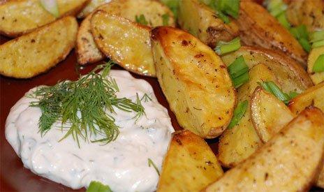 Жаренный картофель со сметанным соусом