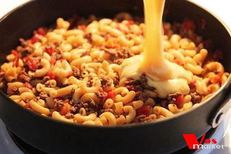 Добавить соус в сковородку с макаронами