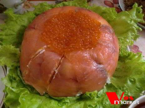 Готовый рыбный торт с красный икрой
