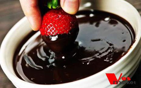 Замочите клубнику в шоколаде