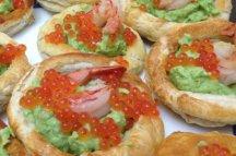 Главное фото рецепта Волованы с икрой и креветками