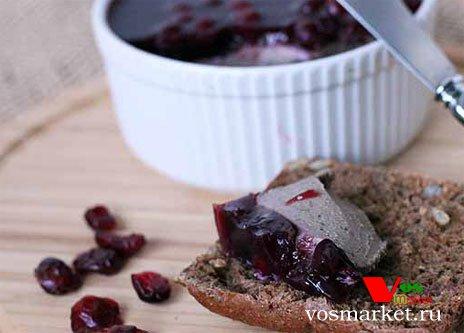 Готовое пате из печени на кусочке черного хлеба