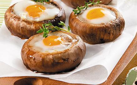 Готовые фаршированные грибы с перепелиными яйцами