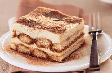 Кусочек мороженного тирамису в тарелочке