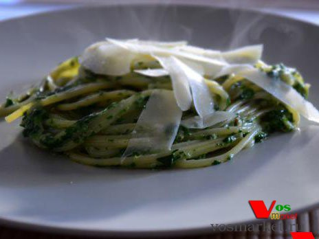 Готовый шпинат со спагетти