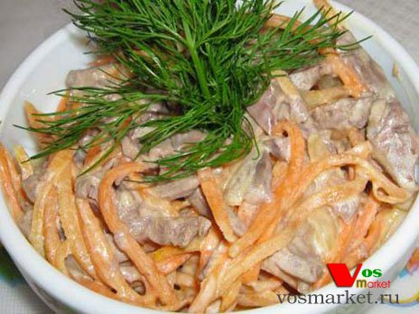Готовый салат с свиным сердцем и морковью