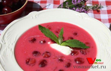 Порция холодного супа из вишни