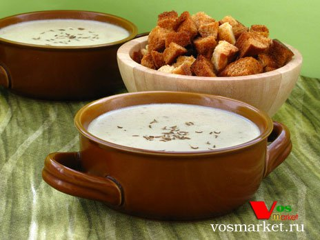 Чесночный крем суп на столе с гренками