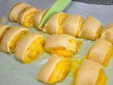 Кусочки рулета с апельсиновой начинкой