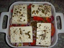 Подготовленные овощи и сыр в форме для запекания
