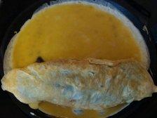 Рулет с омлетом и нори в сковородке
