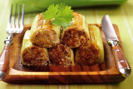 Фото готового блюда: Лук порей с мясной начинкой