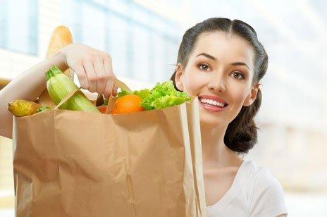 Женщина с корзиной продукт питания
