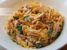 Фото к пятому шагу приуготовлению рецепта Салат с ветчиной и сыром