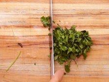 Фото к пятому шагу приуготовлению рецепта Салат с авокадо и креветками