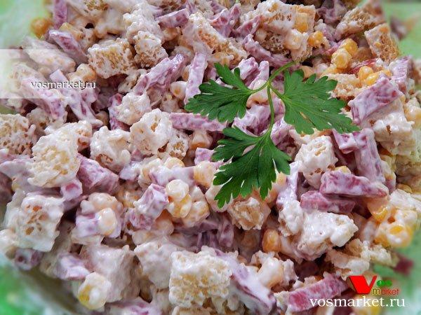 Первый рецепт слоеного салата — это мой эксперимент по соединению в один салат курицы, маринованных грибов, корейской морковки и сыра.