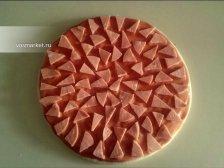 Фото к третьему шагу приуготовлению рецепта Пицца на готовом корже