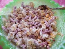 Фото к пятому шагу приуготовлению рецепта Простой салат с сухариками