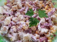 Фото к шестому шагу приуготовлению рецепта Простой салат с сухариками