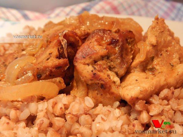 Фото готового блюда: Свинина с луком в духовке
