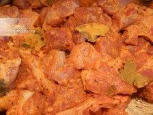 Фото к второму шагу приуготовлению рецепта Свинина с луком в духовке