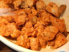 Фото к четвертому шагу приуготовлению рецепта Свинина с луком в духовке