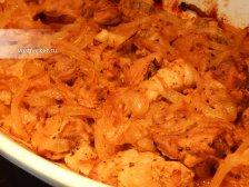 Фото к восьмому шагу приуготовлению рецепта Свинина с луком в духовке