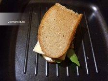 Фото к десятому шагу приуготовлению рецепта Горячие бутерброды