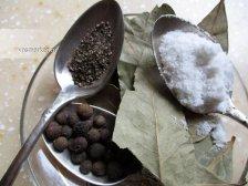Лавровые листья и специи для приготовления языка