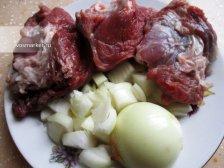 Кусочки жирной свинины и лук