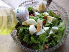 Фото к восьмому шагу приуготовлению рецепта Салат с маринованными опятами