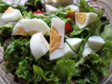 Фото к седмому шагу приуготовлению рецепта Салат с маринованными опятами