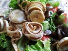 Фото к шестому шагу приуготовлению рецепта Салат с маринованными опятами